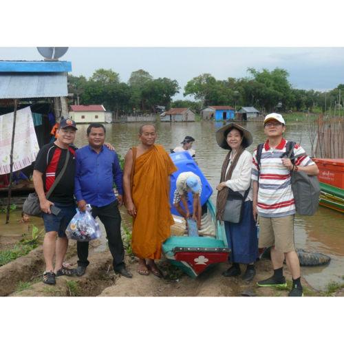 柬浦寨洞裡薩湖的慈善愛心援助